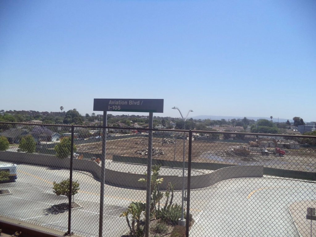 途中空港近くのAviation Blvd。カリフォルニアって感じの風景が広がっています。